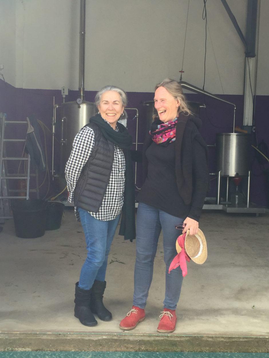 Lucia en ik in de destilleerderij.